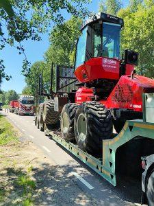 Transport av skogsmaskin på lastbil.